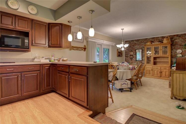 638 Lakeview Drive Zionsville, IN 46077 | MLS 21640506 | photo 2