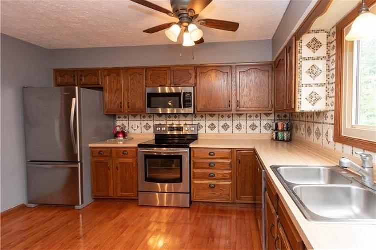 7423 Fairway Circle East Drive #E Indianapolis, IN 46236 | MLS 21662075 | photo 2