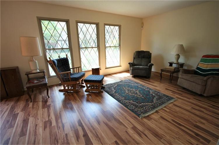 8103 Bromley Place Indianapolis, IN 46219 | MLS 21665562 | photo 2