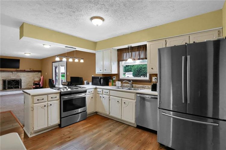 5303 W Thompson Road Indianapolis, IN 46221 | MLS 21675744 | photo 3
