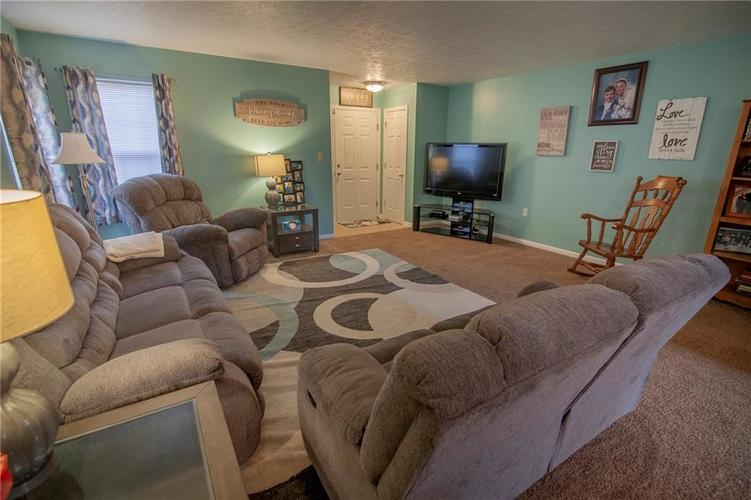 6602 Paramount Springs Drive Anderson, IN 46013 | MLS 21684298 | photo 3