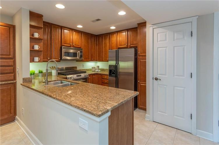 8690 Jaffa Court West Dr #28 Indianapolis, IN 46260 | MLS 21689118 | photo 4