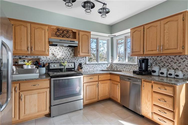 7701 Camelback Drive Indianapolis, IN 46250 | MLS 21689480 | photo 8