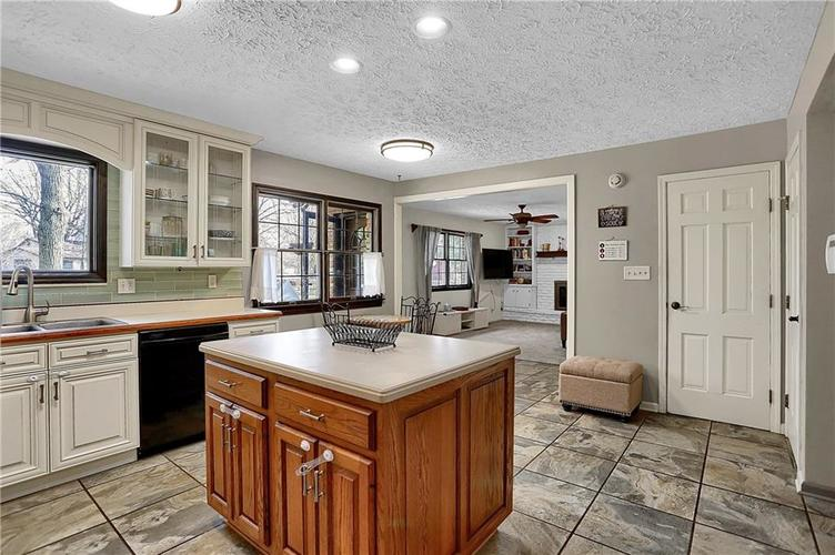 1045 Hoover Circle Indianapolis, IN 46260 | MLS 21696980 | photo 11